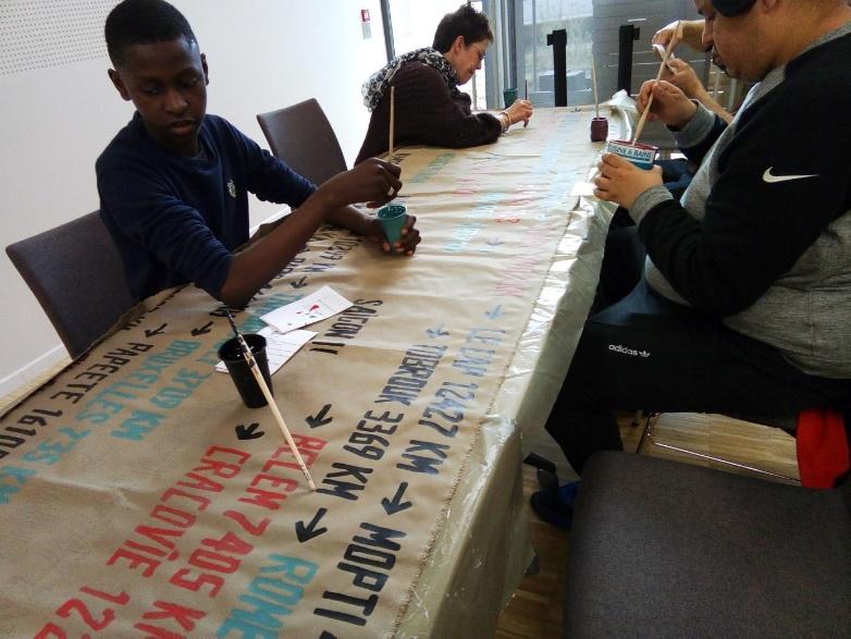 Les jeunes volontaires en pleins ateliers créatifs dans le cadre de la Biennale de Lyon