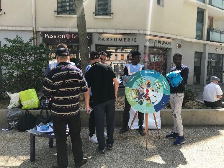 Les jeunes civigaiers en pleine animation collective sur le square Martinge